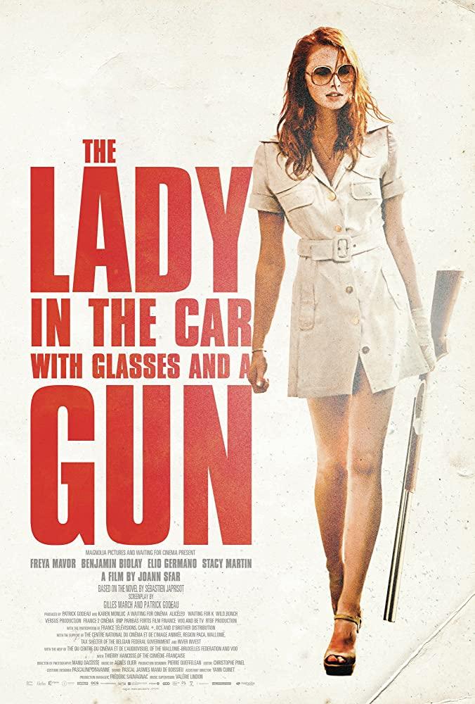 ქალი სათვალითა და ავტომობილში იარაღით